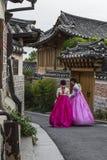 SEUL - COREA DEL SUR - 21 DE OCTUBRE DE 2016: Las mujeres de un par vagan t Foto de archivo libre de regalías