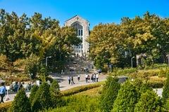 SEUL, COREA DEL SUR - 9 DE OCTUBRE DE 2014: El edificio de la universidad de la mujer de Ehwa imagen de archivo libre de regalías