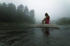 Seul dans le brouillard Photographie stock libre de droits