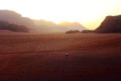 Seul dans le désert Images stock