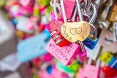 SEUL - 28 DE MARZO: Candados del amor en la torre de N Seul Foto de archivo libre de regalías