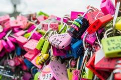 SEUL - 28 DE MARZO: Candados del amor en la torre de N Seul Imagen de archivo libre de regalías