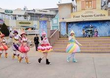 SEUL - 24 de noviembre: Los bailarines en trajes coloridos participan en un desfile de la calle que celebran el parque temático d Fotografía de archivo libre de regalías