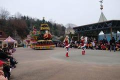 SEUL - 24 de noviembre: Los bailarines en trajes coloridos participan en un desfile de la calle que celebran el parque temático d Fotos de archivo