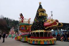 SEUL - 24 de noviembre: Los bailarines en trajes coloridos participan en un desfile de la calle que celebran el parque temático d Foto de archivo