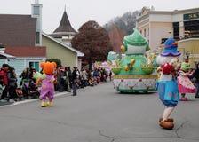 SEUL - 24 de noviembre: Los bailarines en trajes coloridos participan en un desfile de la calle que celebran el parque temático d Imagen de archivo libre de regalías