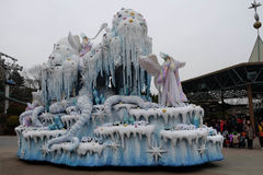 SEUL - 24 de noviembre: Los bailarines en trajes coloridos participan en un desfile de la calle que celebran el parque temático d Fotografía de archivo
