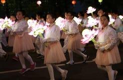 Seul, el Sur Corea 29 de abril de 2017: Los ejecutantes participan en un desfile de la linterna para celebrar cumpleaños del ` s  Fotos de archivo libres de regalías