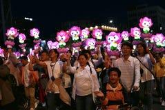 Seul, el Sur Corea 29 de abril de 2017: Los ejecutantes participan en un desfile de la linterna para celebrar cumpleaños del ` s  Fotografía de archivo