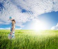 Seul femme avec le ciel bleu dans les domaines verts Photos stock