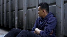 Seul garçon sans abri d'afro-américain dans la situation désespérée, problèmes sociaux photographie stock