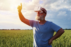 Seul homme en verres de réalité virtuelle Photographie stock
