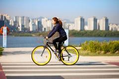 SEUL KOREA, KWIECIEŃ, - 24, 2015: Dziewczyny kolarstwo przy racreation pa Fotografia Stock
