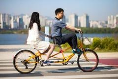 SEUL KOREA, KWIECIEŃ, - 24, 2015: Potomstwo pary kolarstwo przy racreat Obrazy Royalty Free