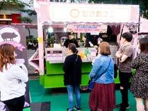 Seul, korea południowa - Czerwiec 3, 2017: Ludzie stać w kolejce w górę fasta food kioska przy przy ulicą blisko Cheonggyecheon s zdjęcia royalty free