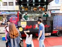 Seul, korea południowa - Czerwiec 17, 2017: Ludzie stać w kolejce w górę fasta food kioska przy przy ulicą blisko Cheonggyecheon  obrazy stock