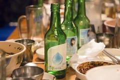 Seul, korea południowa - 1 2018 Grudzień: soju dolewanie od butelki w szkło przy przyjęciem w Korea zdjęcie stock