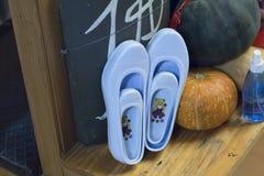 Seul, korea południowa - 4 2019 Styczeń: para gumowi buty, Insadong, Seul, korea południowa zdjęcia royalty free
