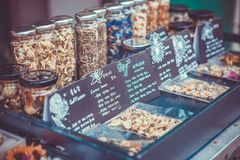 SEUL KOREA, SIERPIEŃ, - 09, 2015: Boksuje z udziałami ziołowe herbaty sprzedawać przy Seochon terenem Seul, Południowy Korea Zdjęcia Stock