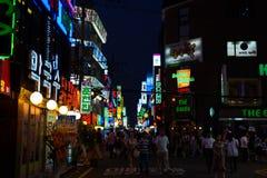 Seul terenu znaków nocy Ruchliwie Robi zakupy ludzie obrazy stock