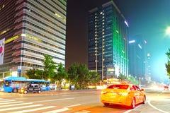 SEUL KOREA, SIERPIEŃ, - 10, 2015: Taxi samochód przy nocą przy Dongdaemun okręgiem Seul, Południowy Korea Fotografia Royalty Free