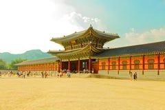 SEUL KOREA, SIERPIEŃ, - 14, 2015: Turyści chodzi Gyeongbokgung pałac Seul, W ten sposób - główny pałac królewski Joseon dynastia  Fotografia Royalty Free