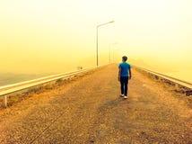 seul marchant, avec espoir photos libres de droits