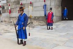 SEUL, PAŹDZIERNIK - 21, 2016: Pałac strażnik przy Seul pałac w Ko Fotografia Stock