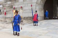 SEUL, PAŹDZIERNIK - 21, 2016: Pałac strażnik przy Seul pałac w Ko Zdjęcia Stock