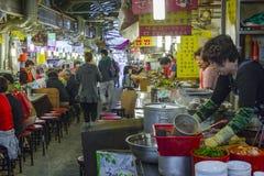 SEUL, PAŹDZIERNIK - 21, 2016: Tradycyjny jedzenie rynek w Seul, Kore Zdjęcie Royalty Free