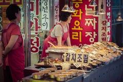 SEUL, PAŹDZIERNIK - 21, 2016: Tradycyjny jedzenie rynek w Seul, Kore Fotografia Royalty Free