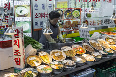 SEUL, PAŹDZIERNIK - 21, 2016: Tradycyjny jedzenie rynek w Seul, Kore Obraz Royalty Free