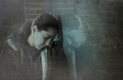 Seul penchement de femme triste sur la fenêtre de rue la nuit souffrant le département photographie stock libre de droits