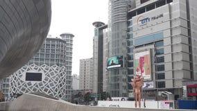SEUL, POŁUDNIOWY KOREA SEPTEMBER 10, 2017 Ludzie Chodzi W Dongdaemun projekta placu Ikonowym punkcie zwrotnym w Seul poł zbiory