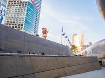 Seul Południowy Korea, Kwiecień, - 16, 2018: Ludzie i touristor wizyty Dongdaemun Projektują plac DDP Nowy i ikonowy landmar zdjęcia royalty free