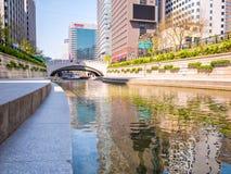 Seul Południowy Korea, Kwiecień, - 16, 2018 Turysta wizyty Cheonggyecheon strumienia miejsce przeznaczenia w Seul, Południowy Kor Fotografia Stock