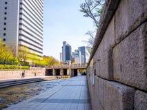 Seul Południowy Korea, Kwiecień, - 16, 2018 Turysta wizyty Cheonggyecheon strumienia miejsce przeznaczenia w Seul, Południowy Kor Zdjęcie Stock