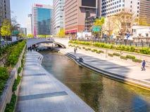 Seul Południowy Korea, Kwiecień, - 16, 2018 Turysta wizyty Cheonggyecheon strumienia miejsce przeznaczenia w Seul, Południowy Kor Obrazy Royalty Free