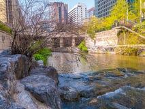 Seul Południowy Korea, Kwiecień, - 16, 2018 Turysta wizyty Cheonggyecheon strumienia miejsce przeznaczenia w Seul, Południowy Kor Fotografia Royalty Free