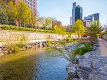 Seul Południowy Korea, Kwiecień, - 16, 2018 Turysta wizyty Cheonggyecheon strumienia miejsce przeznaczenia w Seul, Południowy Kor Obraz Royalty Free