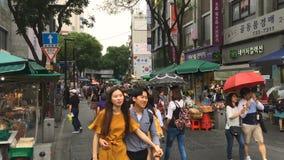 Seul Południowy Korea, Lipiec, - 18, 2017: ludzie chodzą na ulicie duży miasto, wysoki ruch drogowy Duży miasta życie zbiory