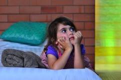 Seul séjour de petite fille à la maison images libres de droits