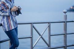 Seul support d'appareil-photo de prise de jeunes femmes avec le fond de mer image f photographie stock libre de droits