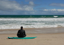 Seul surfer sur la plage Photographie stock