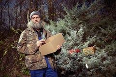 Seul temps sans abri de Noël de dépense d'homme plus âgé en parc Photographie stock libre de droits