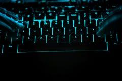 Seul - textotez sur le clavier d'ordinateur lumineux la nuit Photo stock