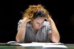 Seul travail dans le bureau avec beaucoup de documents Hurlement et cris pour de mauvais r?sultats photographie stock