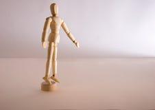 Seul un support simple d'homme de poupée dans la solitude Images stock