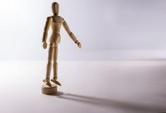 Seul un support simple d'homme de poupée dans la solitude Photo stock