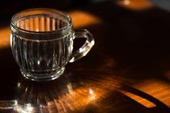 Seul verre sur la table en bois Photo stock